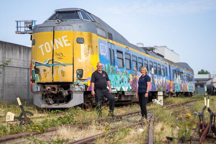 Gert de Weerd en Netty Doelitzsch van het Brandweer Trainingscentrum Kleefse Waard in Arnhem, bij de voormalige NS trein op het oefenterrein.