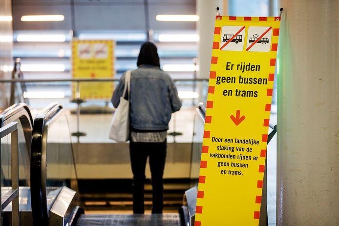 Reizigers bij het busstation Jaarbeurs wacht tevergeefs op vervoer tijdens de landelijke staking van het regiovervoer