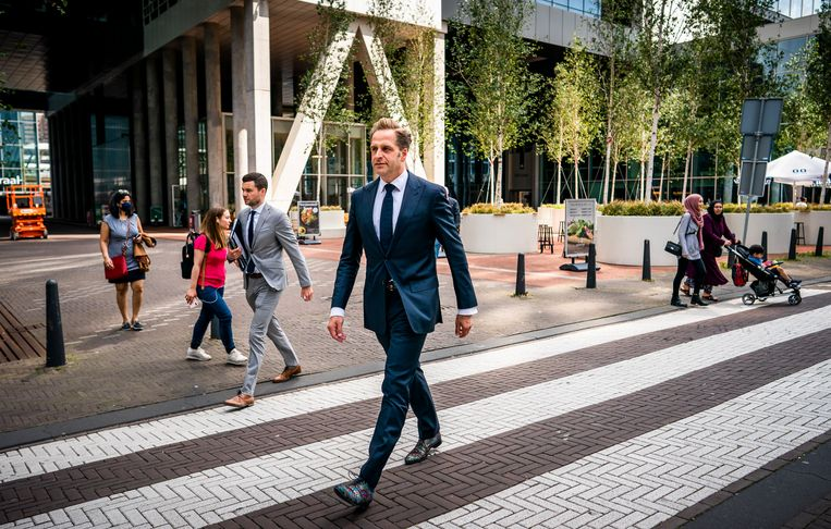 Minister Hugo de Jonge van Volksgezondheid, Welzijn en Sport (CDA) op weg van het ministerie van Buitenlandse Zaken naar het ministerie van VWS. Beeld Freek van den Bergh / de Volkskrant