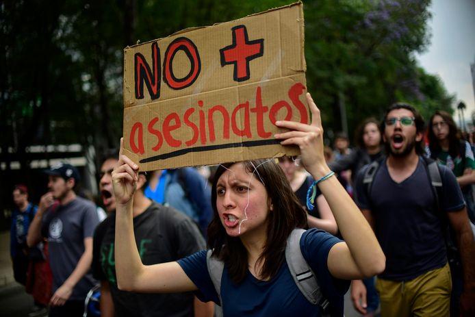 Mexicaanse studenten protesteren op 24 april in Mexico City tegen het geweld in hun land naar aanleiding van de moord op drie filmstudenten van de universiteit van Guadalajara.  De studenten werden ontvoerd, gefolterd en uiteindelijk op gruwelijke wijze vermoord.