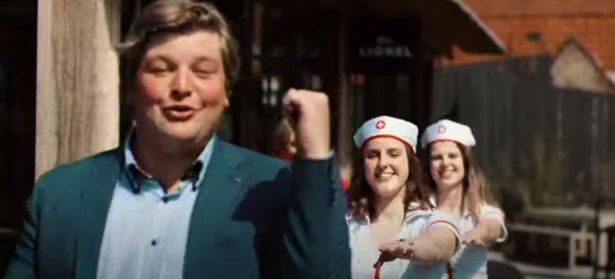 Jens Deltour tijdens de videoclip van 'De Coronaise'