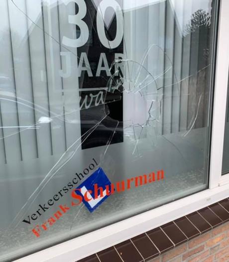 Steen door ruit Apeldoornse rijschool