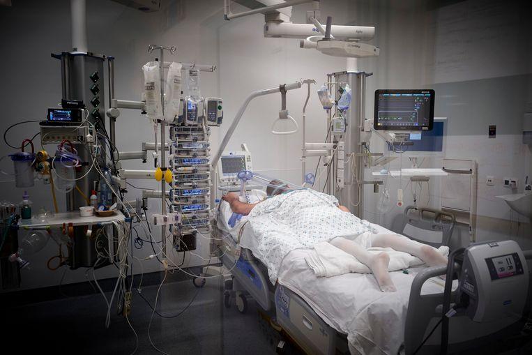 Een Covid-19-patiënt wordt beademd. Beeld Photo News