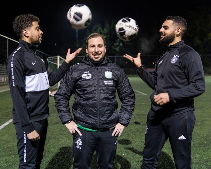 Nederland,  Den Bosch, trainer van voetbalclub Ricardo Aguado geflankeerd door zijn spelers van het eerste elftal.