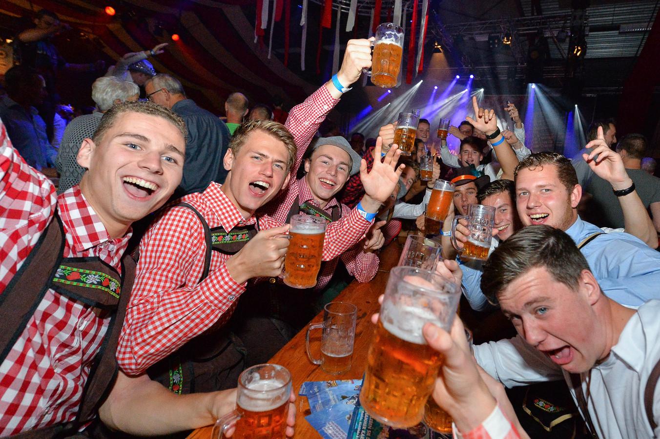 Een vriendengroep gaat los op het Bier und Weinfest in 2017 in de Wieken in Vaassen.