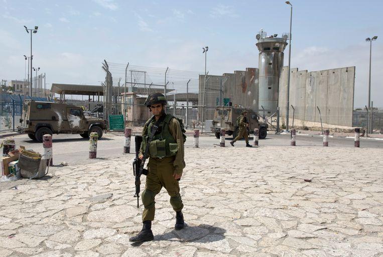 Een Israëlische soldaat bij het Kalandya-checkpoint, een belangrijke grensovergang tussen Israël en de Westelijke Jordaanoever.  Beeld AP
