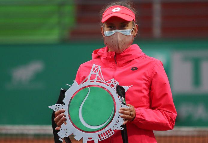 Elise Mertens met haar trofee van runner-up in het enkelspel