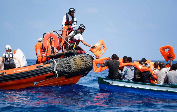 Hulporganisaties delen reddingsvesten uit voor de kust van Malta.