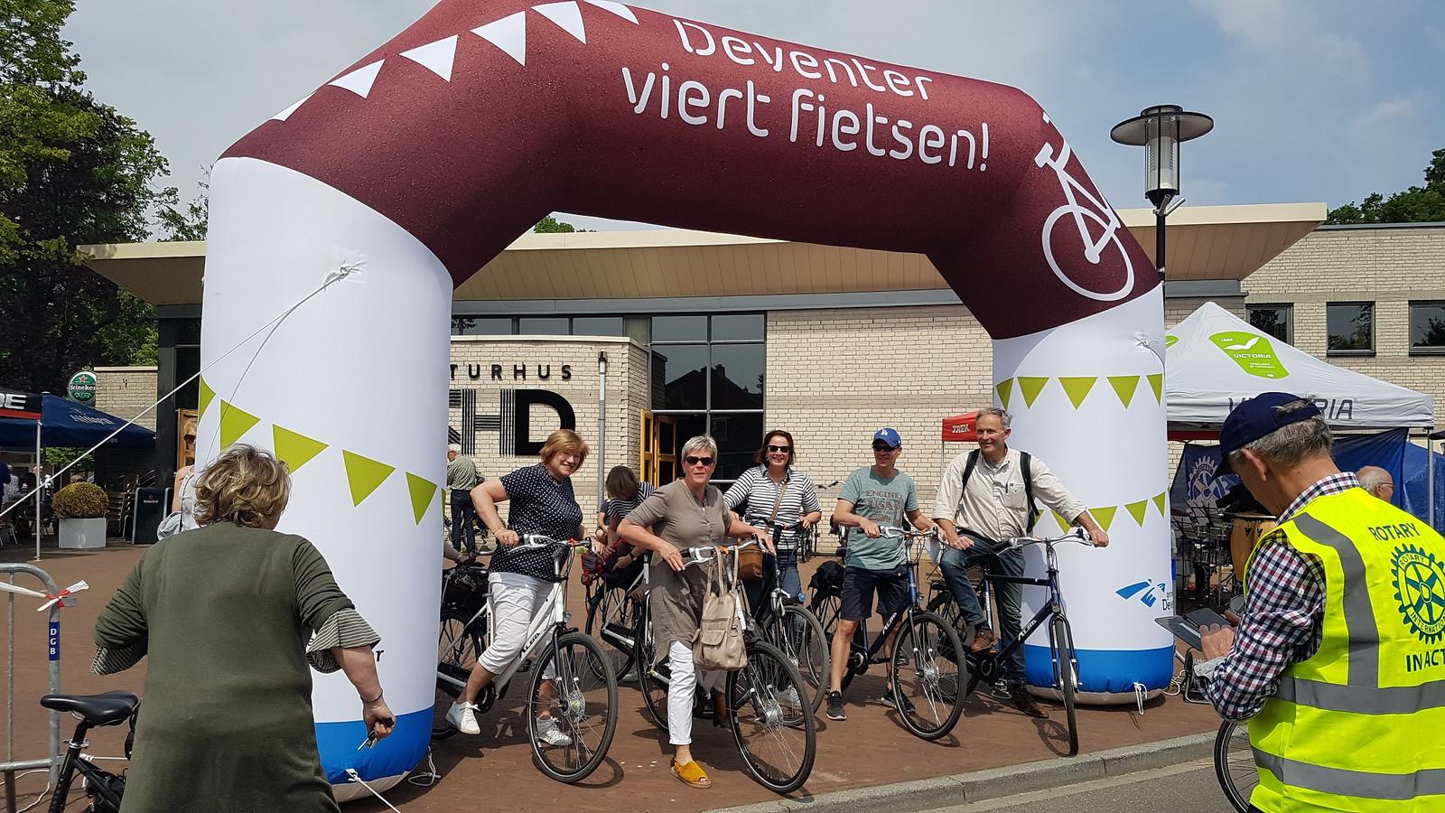 De start van de fietstocht bij het Kulturhus in Diepenveen.