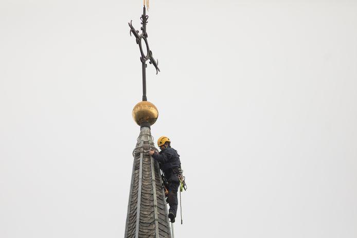 Werknemers van Monumentenwacht in de 45 meter hoge toren van de Baarnse Pauluskerk op de Brink.