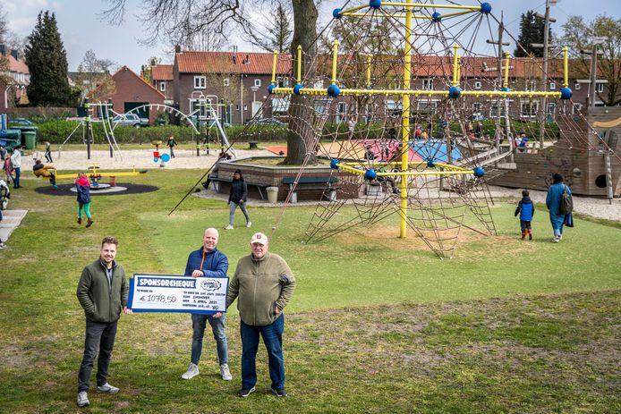 Sponsoractie door Windows of the world heeft 1100 euro opgehaald voor speeltuin Sint Joseph. (vlnr) Jasper van Es,  Johnny Wijn en Kees Wijn.