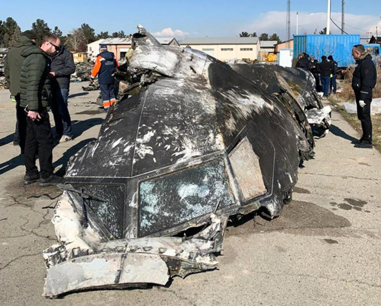 Een deel van de Oekraïense Boeing na de crash. Beeld AFP