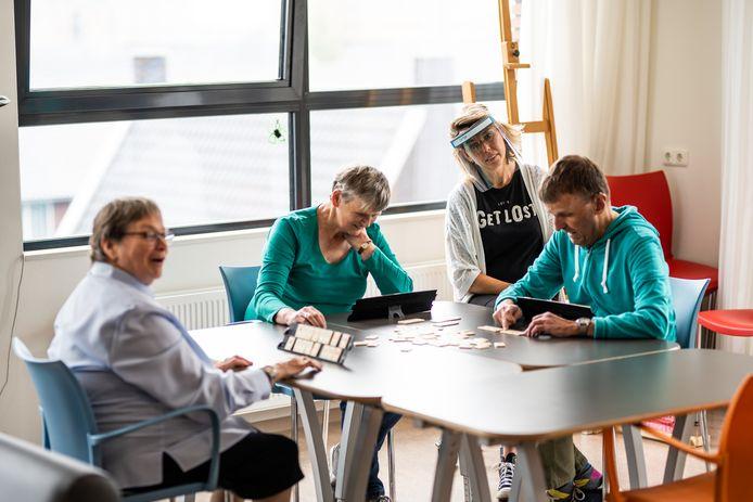 Bewoners van Driestroomlocatie Loovelden. Links Joke (72), medewerker Sonja Willems op de achtergrond.