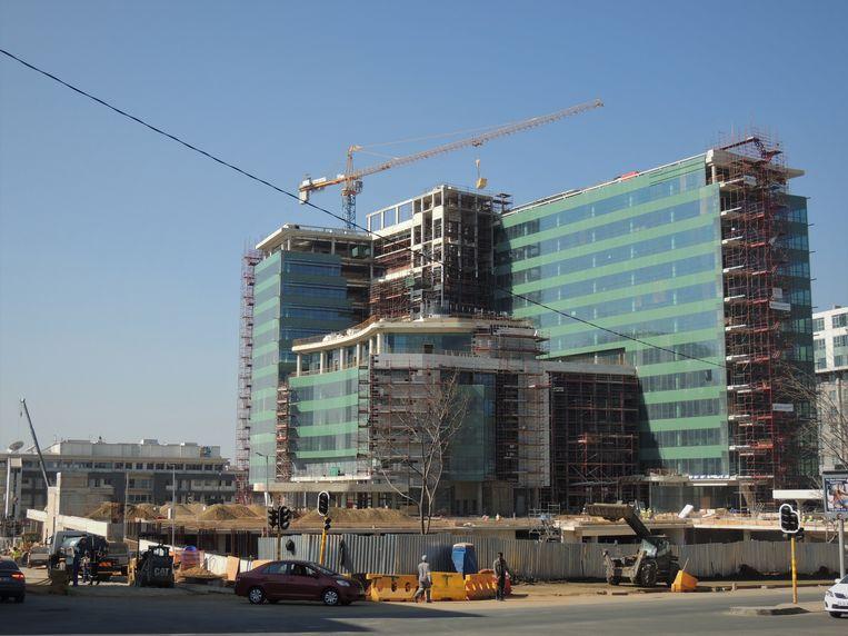 Kantoorcomplexen in aanbouw in zakencentrum Sandton van Johannesburg, Zuid-Afrika. Beeld Niels Posthumus
