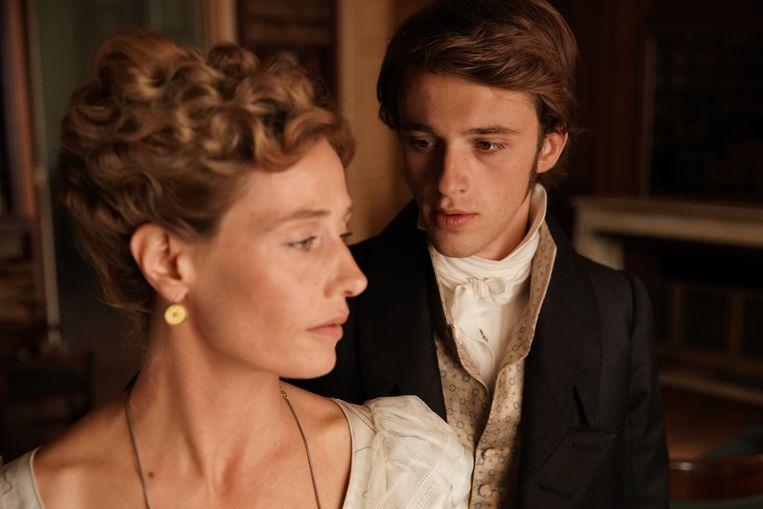De barones (Cécile de France) en haar bijslaap Lucien de Rubempré (Benjamin Voisin) in 'Illusions perdues'. Beeld rv