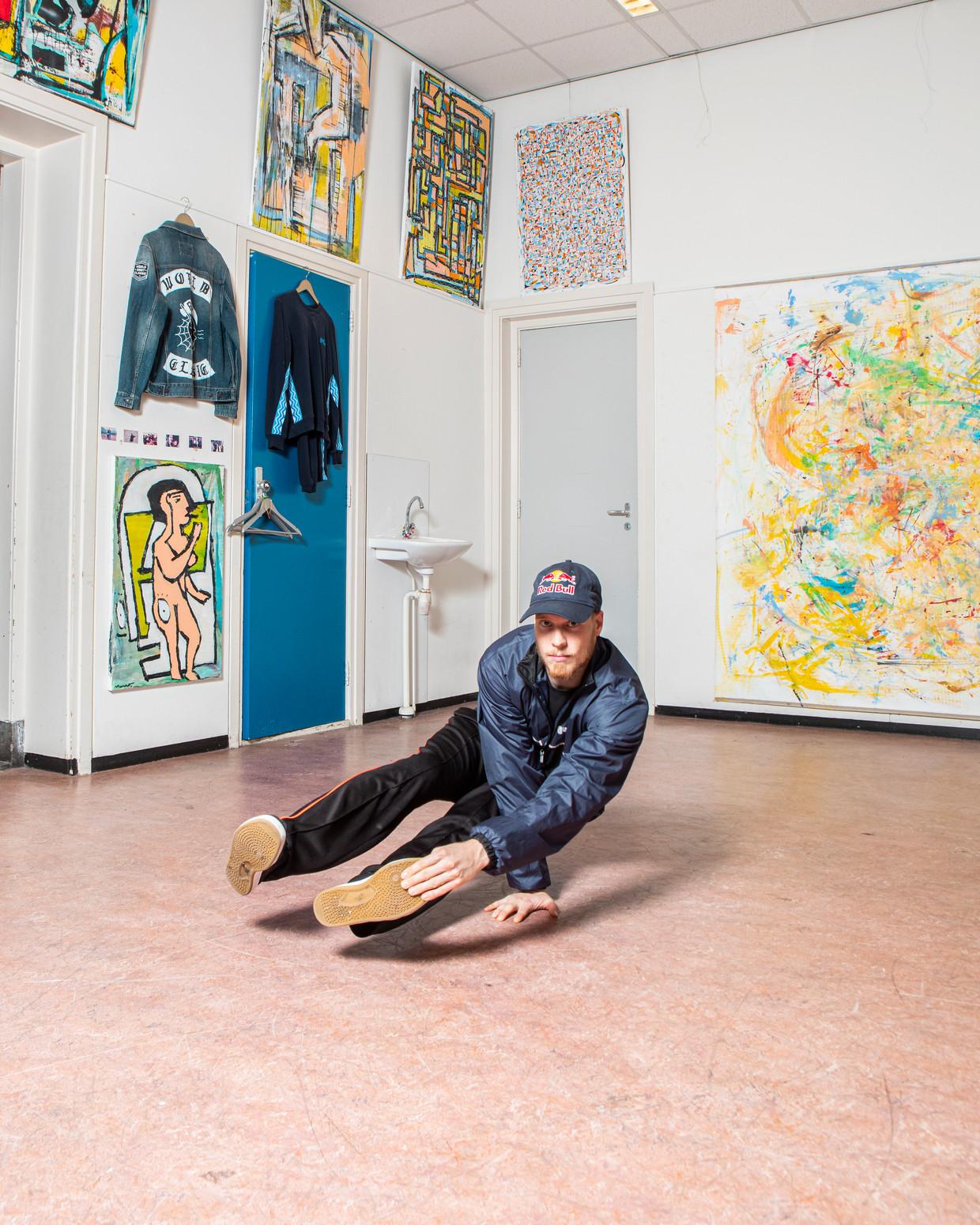 Menno van Gorp in zijn studio in Rotterdam, met aan de muren zijn eigen kunstwerken.