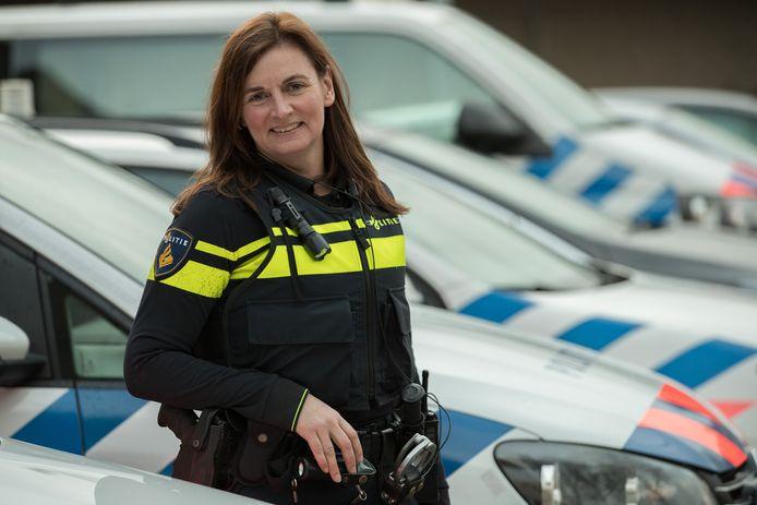 Wijkagente Daniella van der Velde ging terug naar het Carmel College Salland in Raalte om leerlingen te attenderen op de gevolgen van kinderporno op social media.
