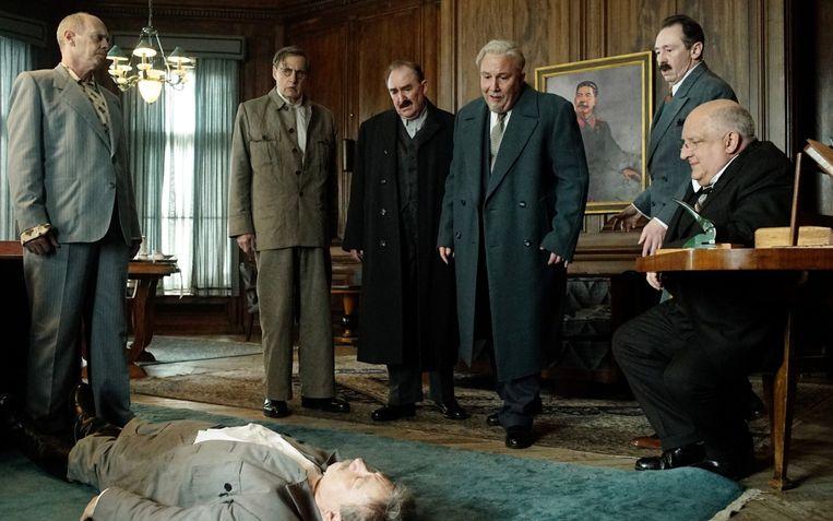 Steve Buscemi, Jeffrey Tambor, Dermot Crowley, Paul Chahidi, Paul Whitehouse en Simon Russell Beale ontdekken hun overleden leider in The Death of Stalin. Beeld Filmstill