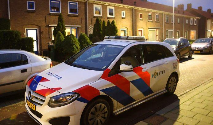 Een woning aan de A.F. De Savornin Lohmanstraat in Zaltbommel is zondag aan het eind van de middag overvallen.