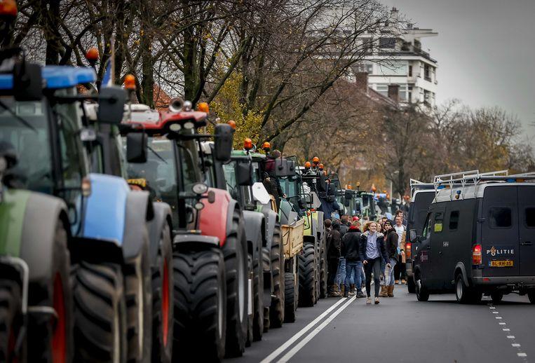 Boeren op de Benoordehoutseweg tijdens de actie van boerenactiegroep Farmers Defence Force (FDF). Met de actie, die Code Oranje heet, willen de boeren voorkomen dat de Tweede Kamer instemt met de stikstofplannen van het kabinet. Beeld ANP