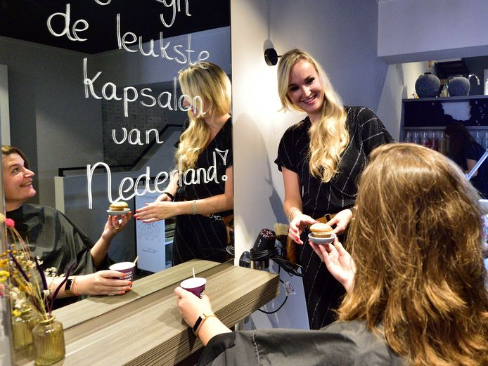 Le Salon in Oudewater is uitgeroepen tot 'leukste kapsalon' van Nederland. Eigenaar Astrid Muller geeft wat lekkers aan Yvette van Vliet in de stoel.
