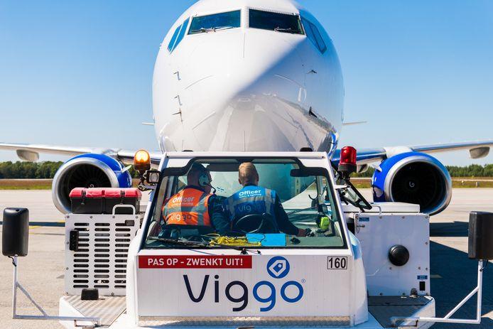 Het afhandelen van vluchten is op Eindhoven Airport op veel plekken uitbesteed aan Viggo. Dat bedrijf groeide de afgelopen 45 jaar met de luchthaven mee. Nu zorgen zo'n 550 medewerkers van Viggo voor de verwerking van de bagage, informatie aan reizigers in de terminal, het binnenloodsen van vliegtuigen en het gereedmaken ervan voor de volgende vlucht.