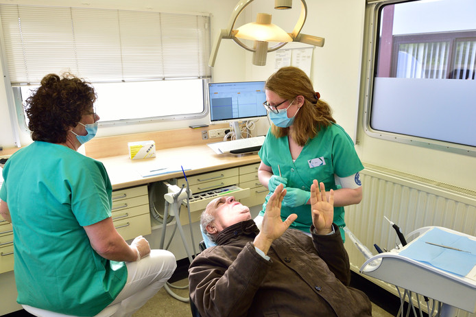 Mondzorgcampagne start bij Care for Family. Mondhygiëniste Mirjam Libbers en assistente Jeannette.