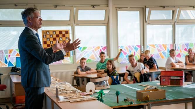 Minister Arie Slob gaat in gesprek met kinderen van groep 8 in Herveld: 'Wat vond u het moeilijkst?'