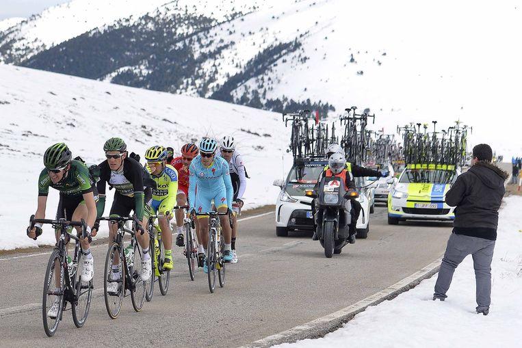 Op de besneeuwde Pyreneeëntoppen zakte Pierre Rolland door het ijs. Beeld Tim De Waele
