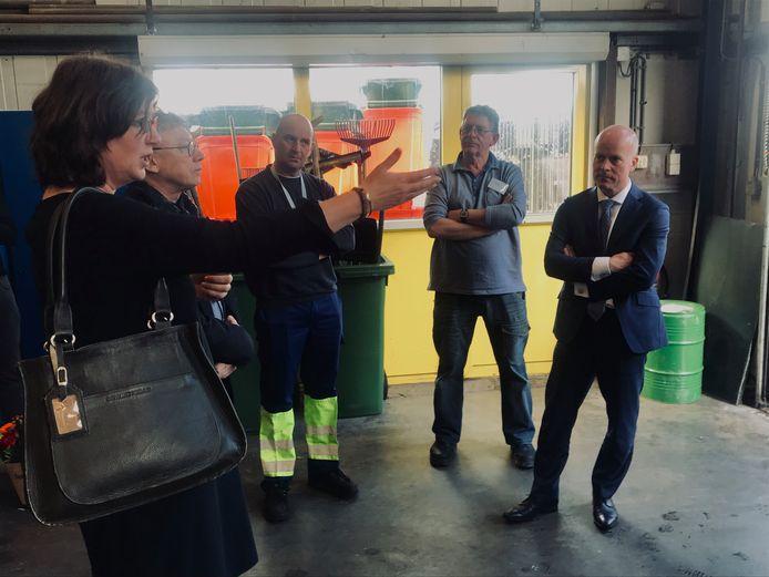 Wethouder Miriam Haagh (links) geeft staatssecretaris Raymond Knops (rechts) uitleg over de taalcursus bij Afvalservice Breda.