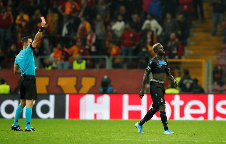 Diatta moet na de viering van zijn goal, die hem een tweede keer geel opleverde, van het veld.
