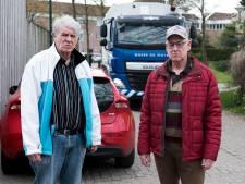 Gekrioel van auto's, fietsers en vrachtwagens in het smalste straatje van Harmelen: 'Chaos compleet'