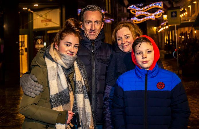 De familie Visser loopt élke avond na het eten samen een rondje. (vlnr: Lilly, Anne, Nathalie en Jim).