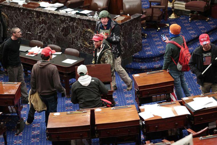 Demonstranten in de senaatskamer Beeld Getty Images