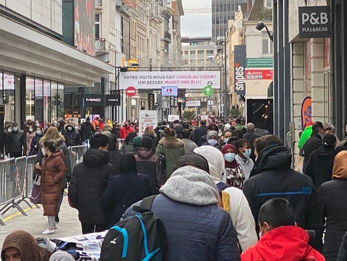 Het is zaterdagmiddag over de koppen lopen in de Nieuwstraat.