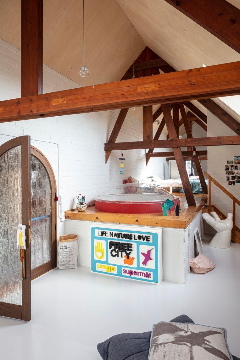 De zolderruimte van dochter Colette (13) is de ultieme teenager zone en heeft een studiehoek, zitruimte, slaapplatform en eigen minibadkamer.  Beeld Tim Van de Velde