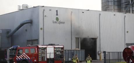 Gevaar is geweken bij brand in houtpalletsbedrijf in Moerdijk, brandweer blijft voor nazorg