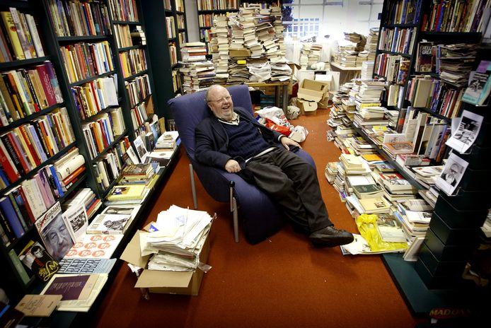 Martin Ros in zijn eigen bibliotheek, ondergebracht in een loods in Soesterberg. Uiteindelijk gingen veel boeken verloren door vocht en schimmel.