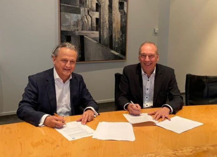 Ondertekening bouwovereenkomst door Peter Kamermans (links), Heerkens van Bavel en Cor van Gerven (rechts), Koning Willem I College