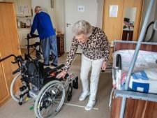Groesbeekse Bets (82) is boos op burgemeester: 'Ik wacht al maanden op een nieuwe rolstoel, mijn man komt nergens meer'