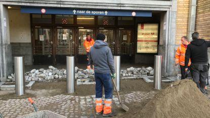 Betonblokken ruimen plaats voor paaltjes aan station