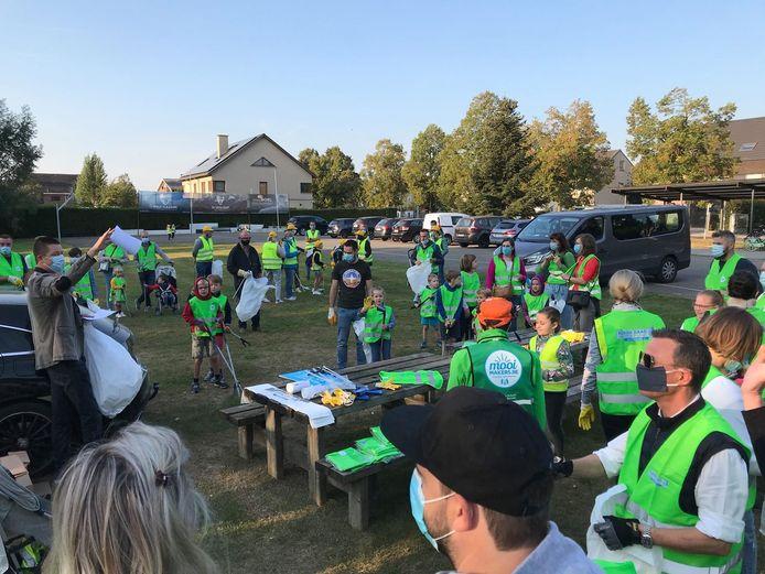 Meer dan 100 helpende handen kwamen helpen om zwerfvuil op te ruimen in Herdersem.