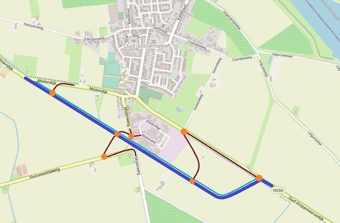De nieuwe rondweg is op dit kaartje aangegeven met de blauwe lijn en loopt ten zuiden van Oud-Vossemeer. De rode lijnen geven potentiële aansluitingen weer met de andere wegen, de oranje stippen zijn mogelijke knlelpunten.