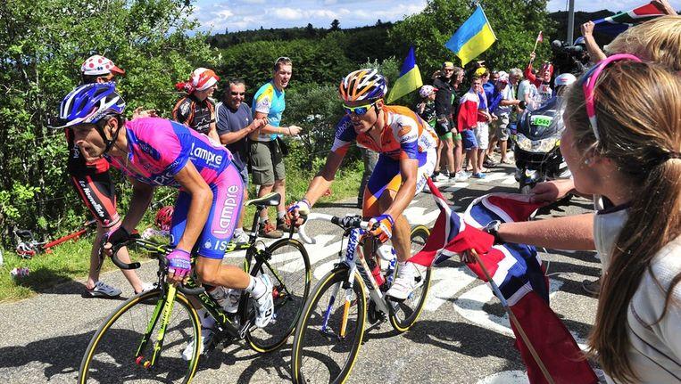Lampre-renner Michele Scarponi (links), samen met Luis-Léon Sanchez van Rabobank in een bergetappe van de Tour de France. Beeld ANP
