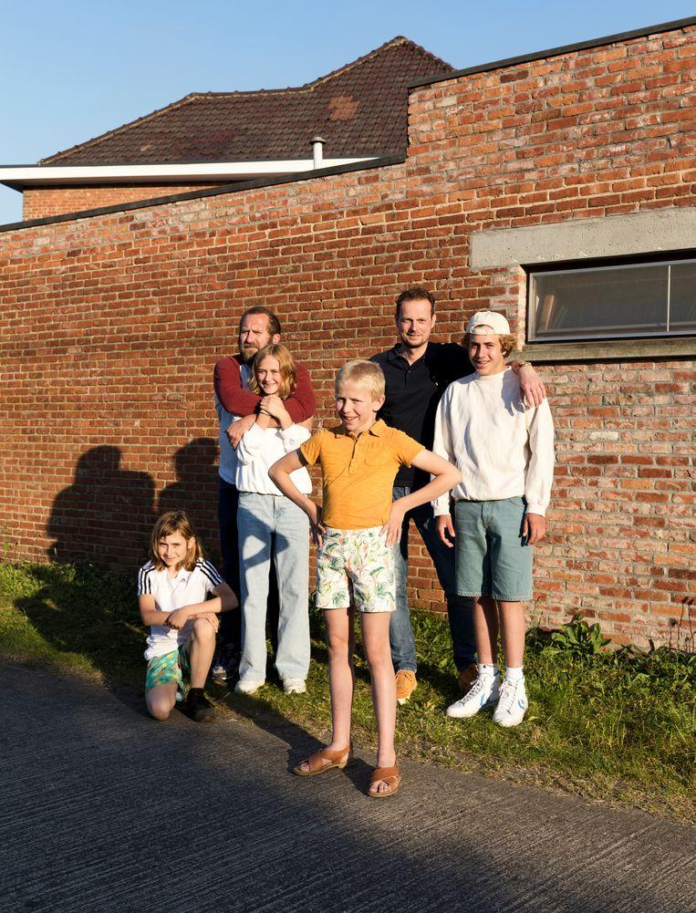 Van links naar rechts: Marthe, vader Wim, Leonie, Briek, plusvader Maarten en Nand. Beeld Jef Jacobs