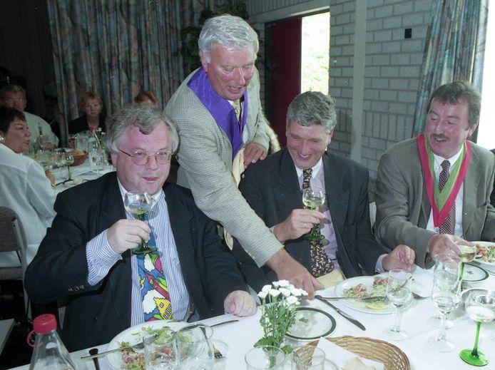 Philippine 1999. Carlos Tieleman (staand) biedt de tafel met burgemeesters tijdens mosselwijn proeven in 1999, burgemeester Kessen (links) en burgemeester Lonink  (rechts).