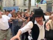 """La danse de """"Rabbi Jacob"""" reprise par 200 personnes en plein Paris"""