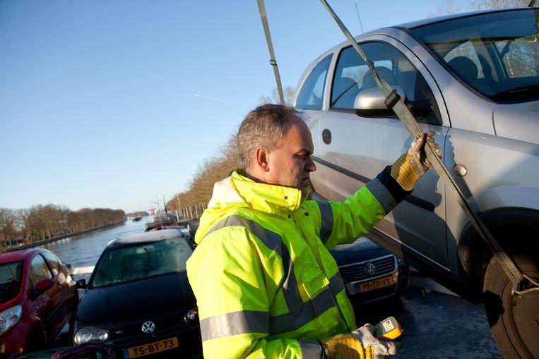 Rein Schut (43), de schipper van de Martinique takelt een auto aan boord. Als de verdieping en verbreding van het Twentekanaal klaar is kan hij zwaarder beladen het kanaal op. Beeld TR Beeld