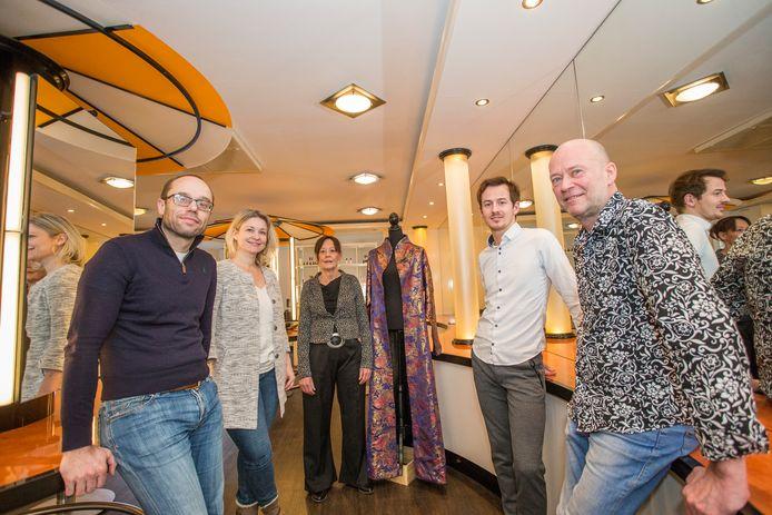 Kapper Geert-Jan Damhuis van Figaro Hairdesign (rechts) bracht Taste of Zutphen-organisatoren Nicolai Huls en Bibi Bodegom (beide links) in contact met de Chinese mode-ontwerper Sheguang Hu. Ook Renate Claassen (midden) en Bas Schottman van Figaro zijn betrokken bij de modeshow van Hu.