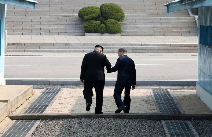 Op verzoek van Kim staken de Koreaanse leiders hand in hand samen even de grens naar Noord-Korea over.